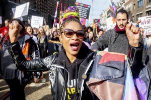 AMSTERDAM - Demonstranten spreken zich uit tegen racisme op de jaarlijkse anti-racismedemonstratie. De betogers spraken zich uit voor diversiteit en solidariteit, voor een menselijk asielbeleid, tegen de wapenindustrie, oorlogspolitiek en klimaatverandering en voor een sociaal en economisch rechtvaardig Nederland.